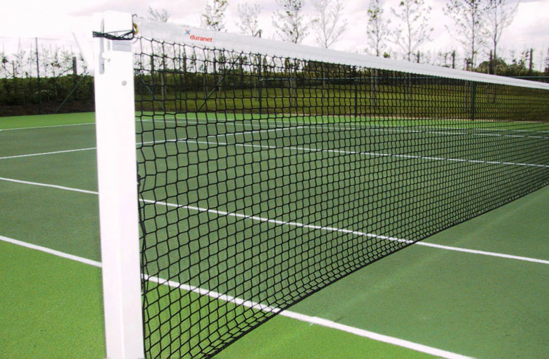 Knotless tennis nets for doubles courts