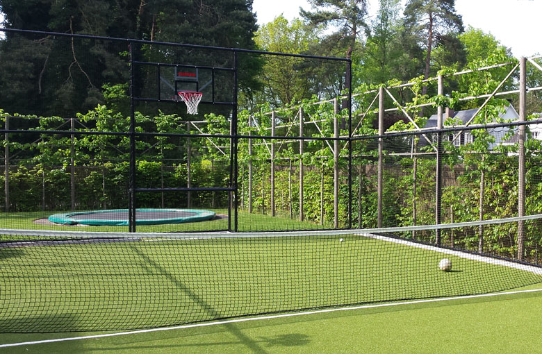 Knotless tennis nets for singles courts